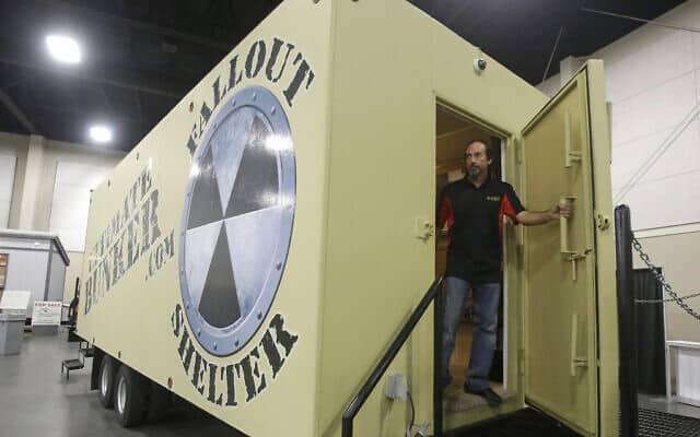 אילוסטרציה: נציג של חברת Ultimate Bunker עומד בפתח בונקר תת-קרקעי עשוי 100% פלדה במהלך תערוכת PrepperCon בסנדי, יוטה, 24 באפריל 2015 (צילום: AP/ריק באומר)