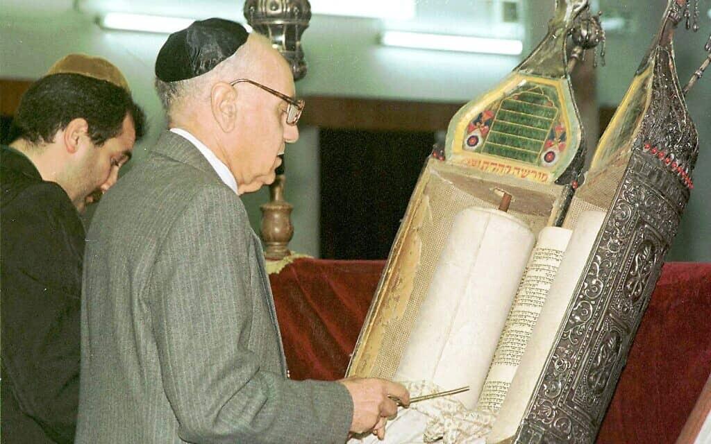 תפילת יום שישי בבית כנסת בבגדד, ב-21 במרץ 1998 (צילום: AP Photo/Jassim Mohammed)