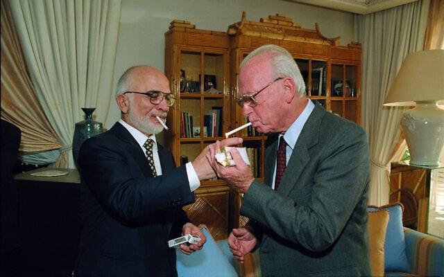 """יצחק רבין וחוסיין מלך ירדן בעקבה לפני החתימה על הסכם השלום, ב-26 באוקטובר 1994 (צילום: יעקב סער/לע""""מ)"""