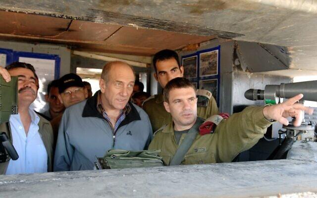 """תא""""ל גל הירש סוקר את השטח בפני ראש הממשלה דאז אהוד אולמרט, בעת ביקורו במוצב בירנית שעל גבול לבנון, ב-31 באוקטובר 2006 (צילום: משה מילנר/לע""""מ)"""