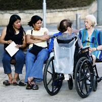 מטפלות סיעודיות עם קשישות בתל אביב. למצולמים אין קשר לנאמר בכתבה (צילום: משה שי/פלאש90)