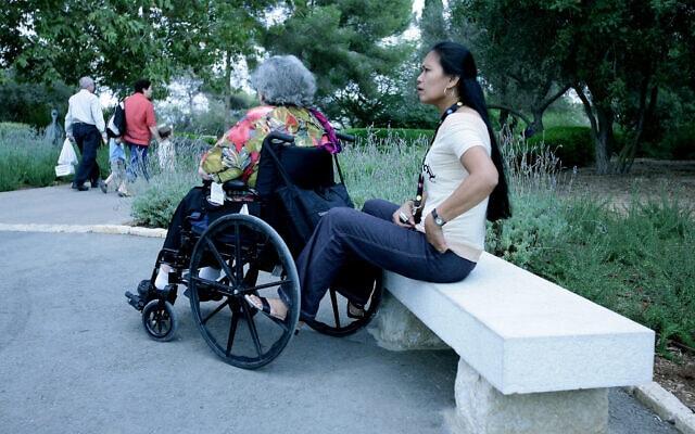 מטפלת סיעודית עם קשישה בפארק הירקון. למצולמים אין קשר לנאמר בכתבה (צילום: משה שי/פלאש90)