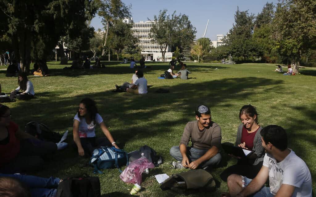 אילוסטרציה, סטודנטים בקמפוס גבעת רם של האוניברסיטה העברית בירושלים, 2014, ארכיון (צילום: מרים אלסטר\ פלאש 90)