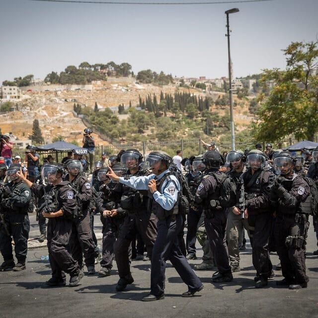 שוטרים ניצבים מול מתפללים פלסטינים בשכונת ואדי ג'וז במזרח ירושלים, ארכיון, 2018 (צילום: Miriam Alster/Flash90)