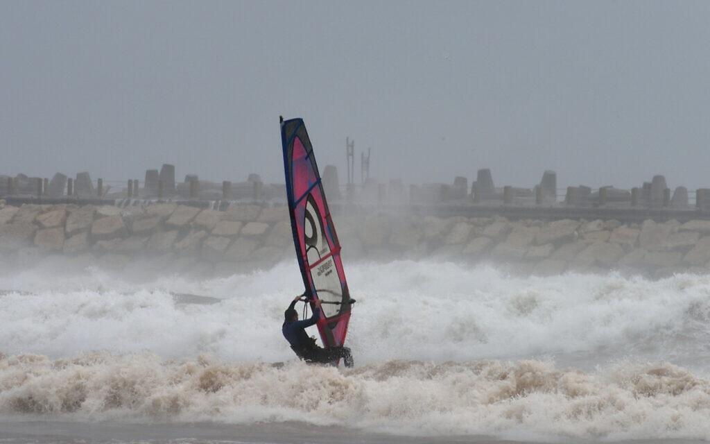 גולש רוח בחוף הרצליה (צילום: גילי יערי/פלאש90)