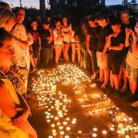 מוקירי זכרו של אילון שלו אמסלם מדליקים נרות לזכרו, 30 ביולי 2020 (צילום: פלאש 90)