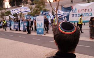 """הפגנה של פעילי זכויות להט״ב מול פעילים דתיים המוחים נגד הורות חד-מינית ומשפחות להט""""בים (צילום: Tomer Neuberg/Flash90)"""