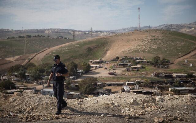 שוטר ישראלי על גבעה שמשקיפה אל הכפר הבדואי חאן אל אחמר. ינואר, 2019 (צילום: הדס פרוש/ פלאש 90)