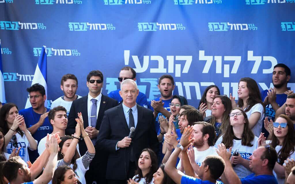 בני גנץ ופעילים של כחול-לבן במהלך הבחירות (צילום: פלאש90)