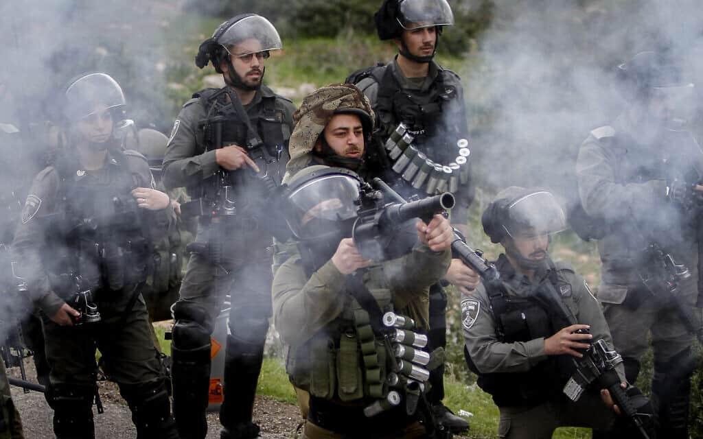 חיילים מתעמתים עם פלסטינים שמוחים נגד הסיפוח, פברואר 2020 (צילום: Nasser Ishtayeh/Flash90)