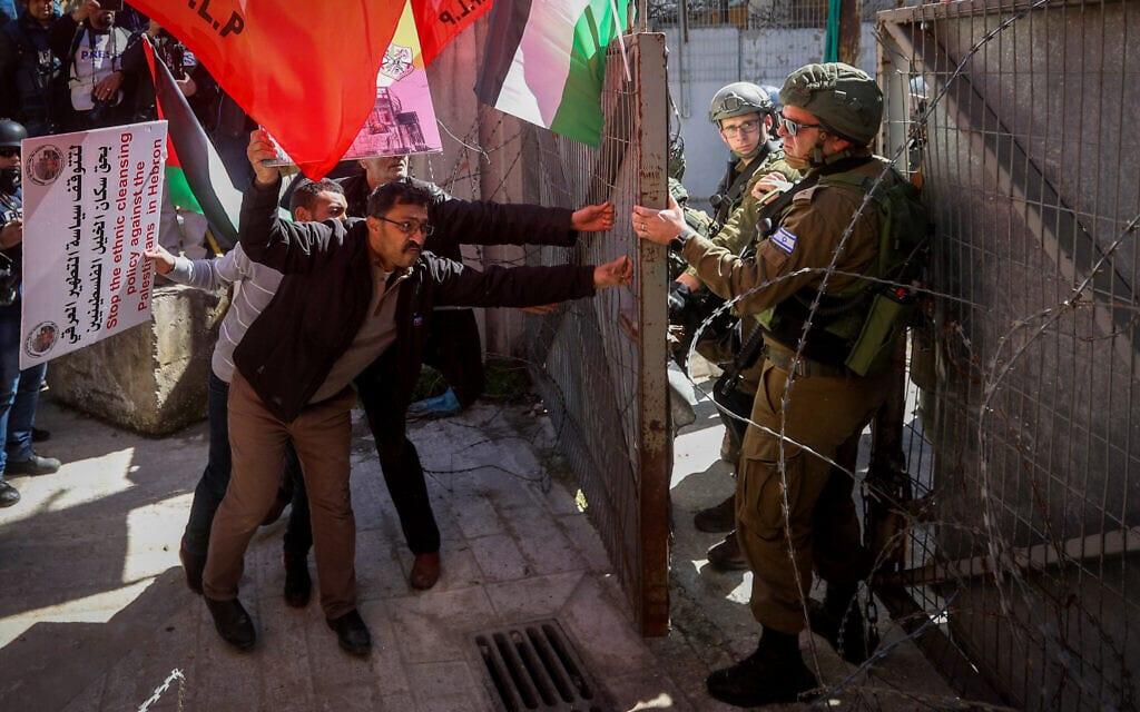"""פברואר 2020: חיילים מתעמתים עם פלסטינים המוחים נגד ציון 26 שנה לטבח במערת המכפלה ע""""י תומכי ברוך גולדשטיין (צילום: Wisam Hashlamoun/Flash90)"""