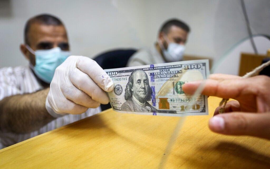 פלסטינים מקבלים סיוע כספי כחלק מתמיכת קטאר ברצועת עזה, 4 במאי 2020 (צילום: Rahim Khatib/Flash90)