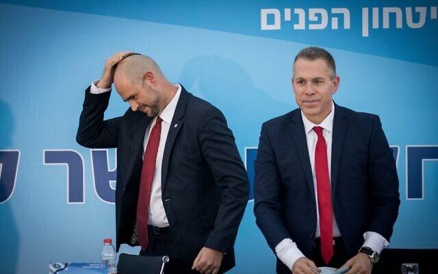 גלעד ארדן ואמיר אוחנה בטקס חילופי שרים במשרד לביטחון פנים, ב-18 במאי 2020 (צילום: יונתן זינדל/פלאש90)