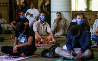 פלסטינים משתתפים בתפילת יום שישי במסגד אל-אבראר ברפיח. מאי 2020 (צילום: Abed Rahim Khatib/Flash90)