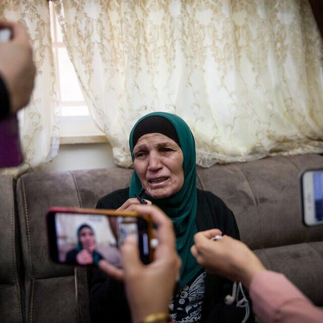 """אמו של איאד אל-חלאק, צעיר פלסטיני בעל מוגבלויות שנורה למוות על ידי שוטרי מג""""ב בעיר העתיקה, בביתה בוואדי ג'וז, 30 במאי 2020 (צילום: Yonatan Sindel/Flash90)"""