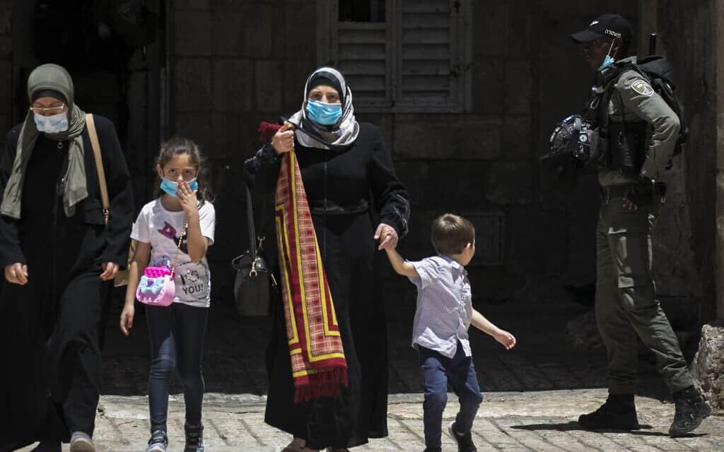 מתפללים מוסלמים עולים להר הבית, 31 במאי 2020 (צילום: Olivier Fitoussi/Flash90)