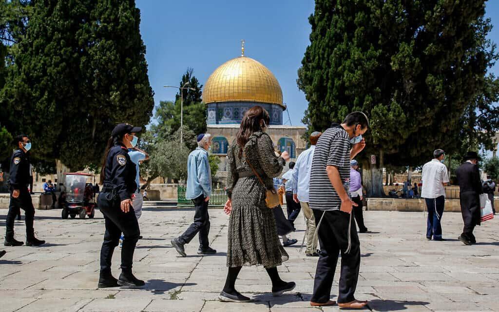 שוטרים מלווים קבוצה של יהודים דתיים בביקורם בהר הבית. מאי 2020 (צילום: Sliman Khader/Flash90)