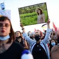 מפגינה נושאת את תמונתה של מאיה ווישניאק במחאה בתל אביב נגד אלימות כלפי נשים, 1 ביוני 2020 (צילום: תומר נויברג, פלאש 90)