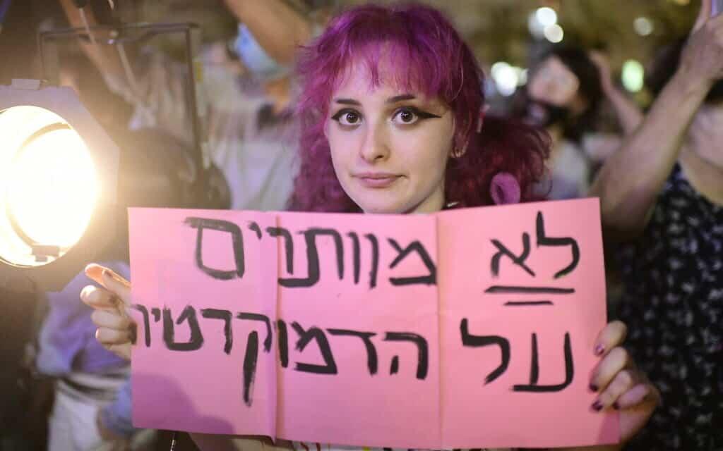מפגינה בכיכר רבין במחאה נגד חוקי הממשלה בתקופת הקורונה, ב-4 ביוני 2020 (צילום: תומר נויברג/פלאש90)