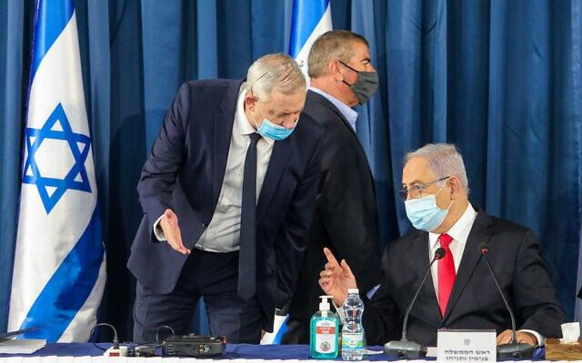 בנימין נתניהו ובני גנץ בישיבת הקבינט ב-7 ביוני 2020. מאחוריהם גבי אשכנזי (צילום: Marc Israel Sellem/POOL)