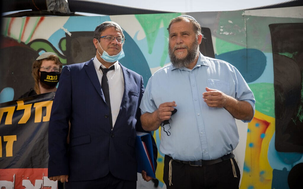 בנצי גופשטיין ואיתמר בן-גביר בבית משפט השלום בירושלים, ב-8 ביוני 2020 (צילום: יונתן זינדל/פלאש90)