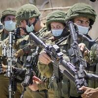 חיילים ישראלים מביטים במחאה פלסטינית נגד הסיפוח, יוני 2020 (צילום: Nasser Ishtayeh/Flash90)