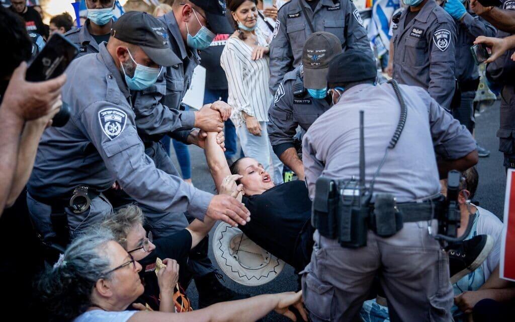 המשטרה מפנה הפגנה סוערת מול בית ראש הממשלה, ב-26 ביוני 2020 (צילום: יונתן זינדל/פלאש90)