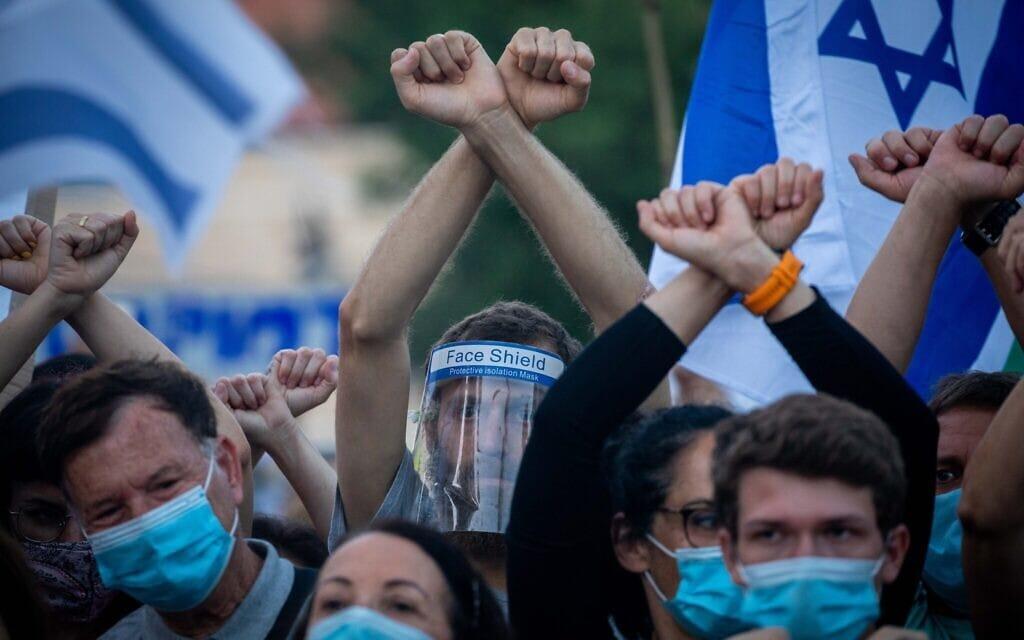 מפגינים מחוץ למעון ראש הממשלה בירושלים, מוחים על מעצרו של אמיר השכל. 27 ביוני 2020 (צילום: יונתן זינדל/פלאש90)