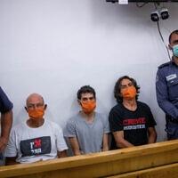 אמיר השכל (שני משמאל) לצד שני עצורים נוספים בבית משפט השלום בירושלים, 27 ביוני 2020 (צילום: יונתן זינדל, פלאש 90)