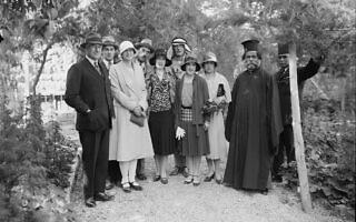 הנציב העליון הבריטי ג'ון צ'נסלור, משמאל, עם הנסיכה אילאנה מרומניה ואישים נוספים בגן שלו, בסביבות 1930 (צילום: רשות הציבור)