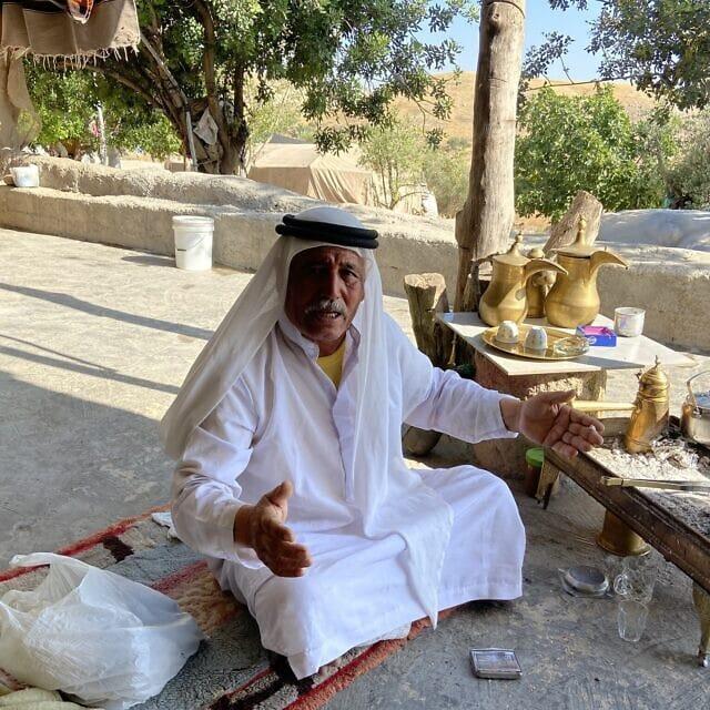 השייח איבהרים אבו איוב בכפר הבדואי חיברת תל חימה בבקעת הירדן ב-10 ביוני, 2020 (צילום: ג'ייקוב מגיד)