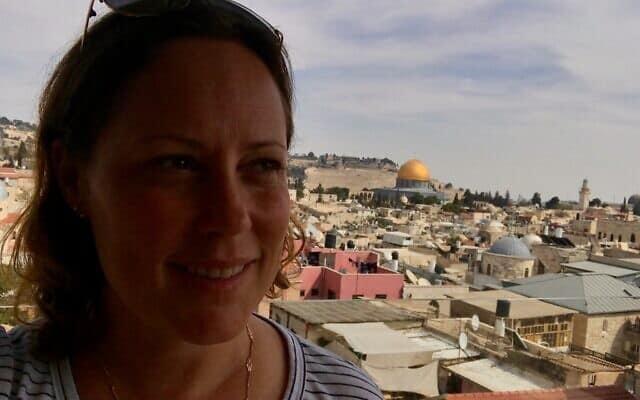 הילרי מנקוביץ בעיר העתיקה בירושלים, לפני משבר הקורונה (צילום: (Courtesy)