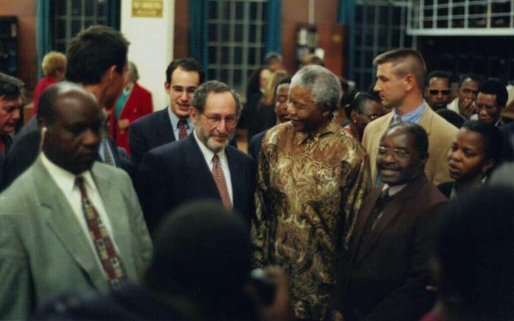 בנג'מין פוגרונד (במרכז), לצד נלסון מנדלה (צילום: באדיבות בנג'מין פוגרונד)