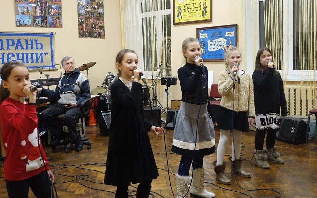 """ילדות שרות במסגרת תוכנית של מרכז הקהילה היהודית """"מגדל"""" באודסה, ללא תאריך (צילום: באדיבות קירה ורחובסקי)"""