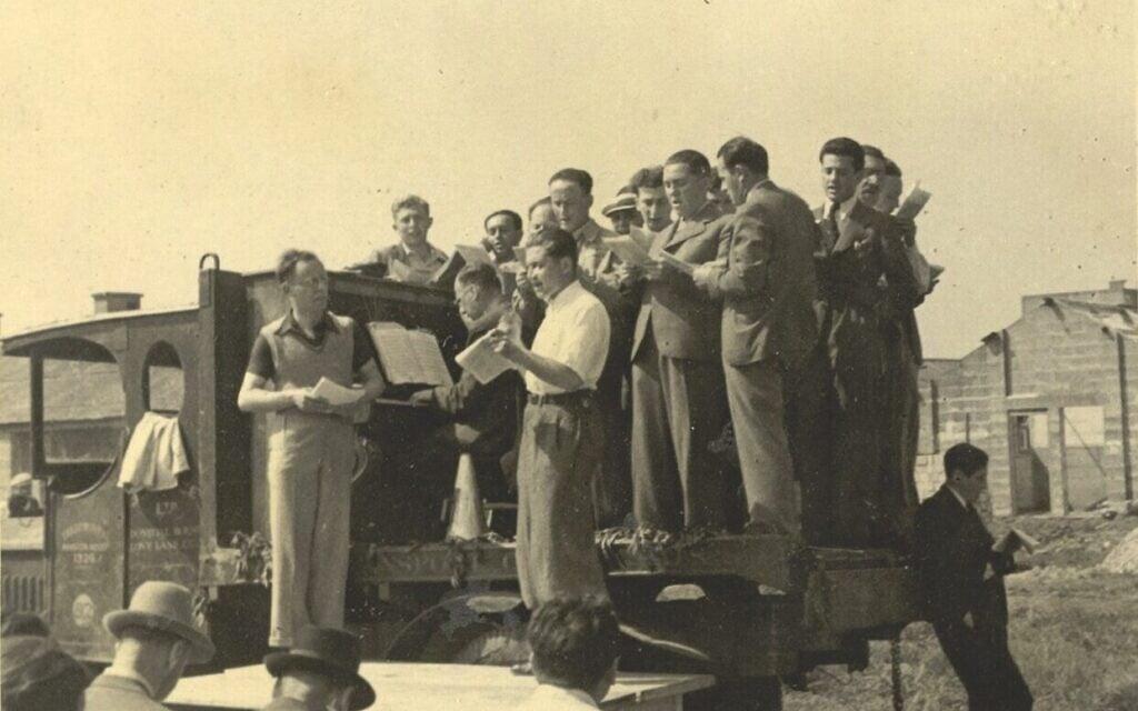 פיניאס מיי מנצח על רסיטל תזמורתי עם דיירי מחנה קיצ'נר, ב-1939 או 1940 (צילום: אוסף ספריית וינר בלונדון)