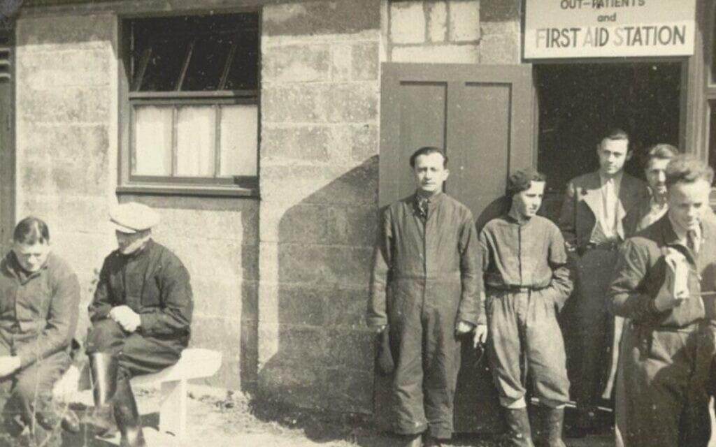 דיירי המחנה עומדים מחוץ לביתן העזרה הראשונה במחנה קיצ'נר, ב-1939 או 1940 (צילום: אוסף ספריית וינר בלונדון)