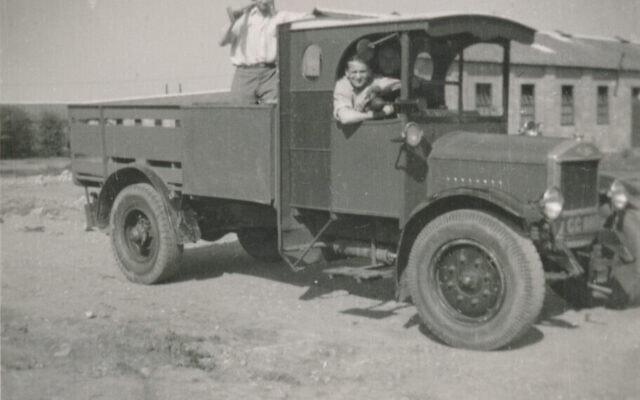 ויקטור כהן בטנדר במחנה קיצ'נר (צילום: Courtesy/משפחתו של ויקטור כהן)