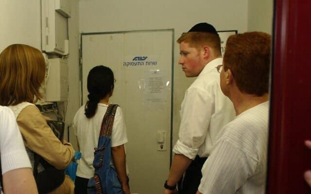 אילוסטרציה, מובטלים ישראלים מגיעים לשירות התעסוקה בירושלים (צילום: Flash90)