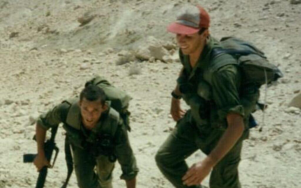 נפתלי בנט (משמאל) ומתן כהנא בעת השירות הצבאי (צילום: באדיבות מתן כהנא)