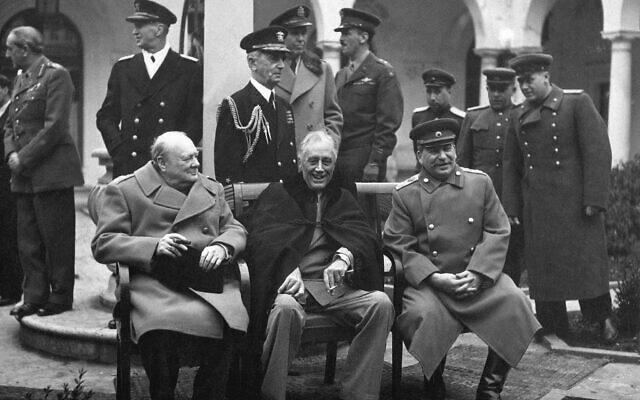 משמאל: ראש ממשלת בריטניה וינסטון צ'רצ'יל, נשיא ארצות הברית פרנקלין רוזוולט והמנהיג הסובייטי יוסיף סטלין נפגשים ביאלטה בפברואר 1945, כדי לדון בכיבוש המשותף של גרמניה ובתוכניות עבור אירופה של אחרי המלחמה (צילום: הממשל האמריקאי/ויקימדיה)
