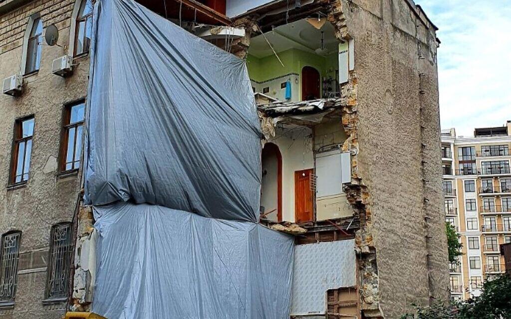 """יש המאשימים את קריסתו של הבניין הזה באודסה (שאיננו מבנה מרכז הקהילה היהודית """"מגדל"""") בעבודות בנייה סמוכות (צילום: סרגיי קורילו)"""