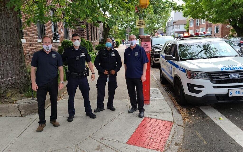 """המתאם הראשי עבור סיור הביטחון של """"שומרים"""" פלטבוש, בוב מוסקוביץ', משמאל, עומד עם שוטרי משטרת ניו יורק בפלטבוש, ברוקלין (צילום: באדיבות המצולם)"""