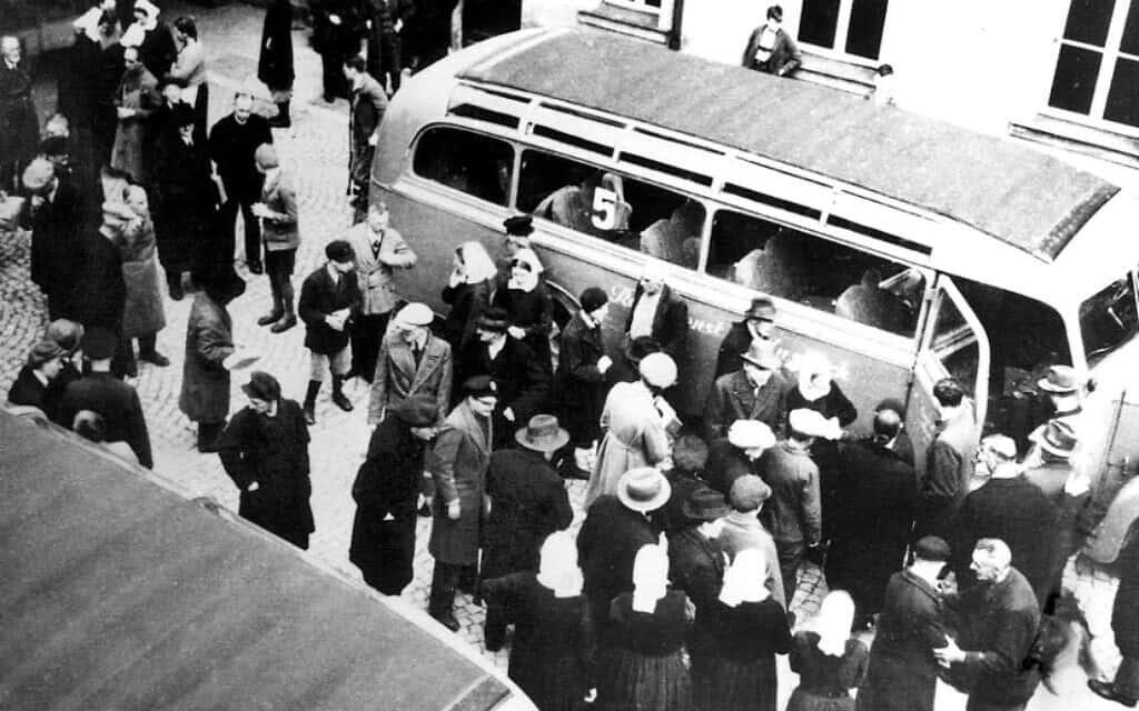 קורבנות של תוכנית T4 אותנסיה בברוקברג, גרמניה, מובלים למרכזי ההריגה (צילום: רשות הציבור)