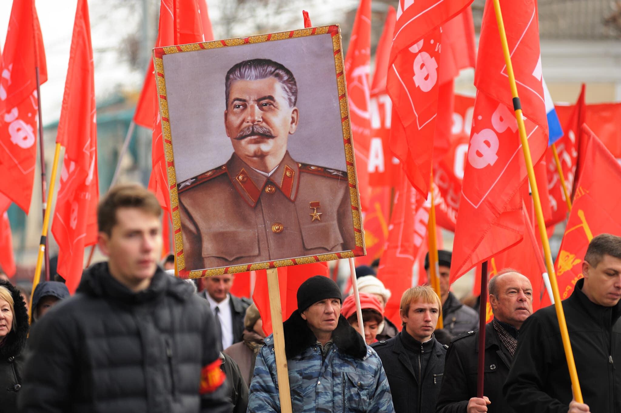 דיוקנו של סטלין נישא במצעד של המפלגה הקומוניסטית ברוסיה, נובמבר 2015 (צילום: AlexeyBorodin/istockphoto)