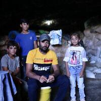 משפחה בחרבת ג'ינבה (צילום: אלדד רפאלי עבור זמן ישראל)