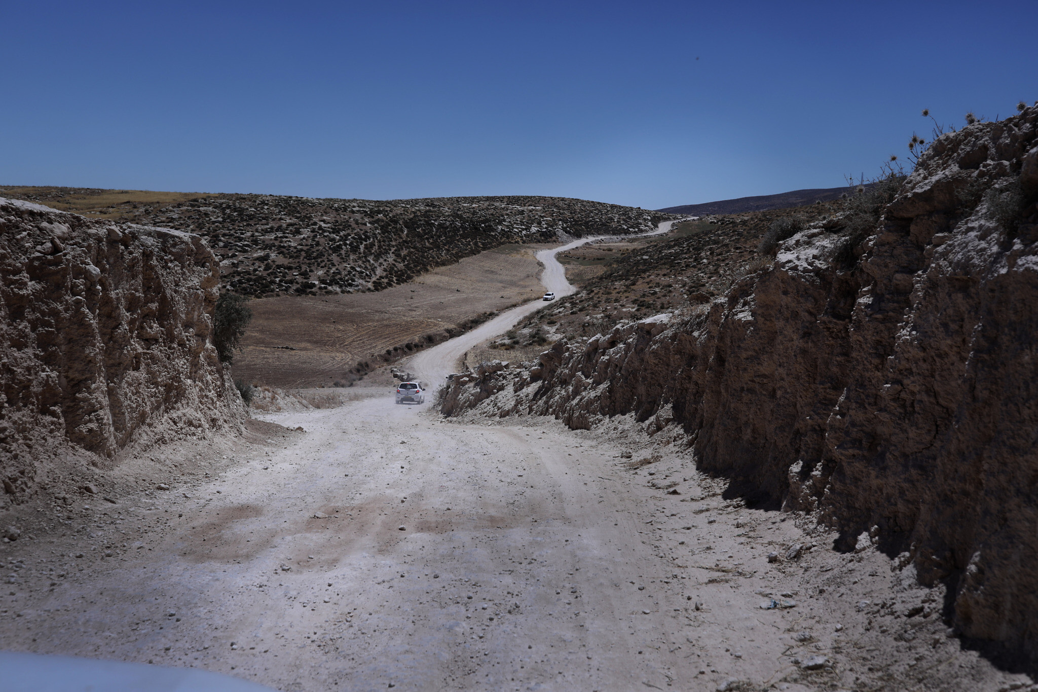 הדרך לחרבת ג'ינבה לפני שנהרסה על ידי הצבא, ביולי 2020 (צילום: אלדד רפאלי)