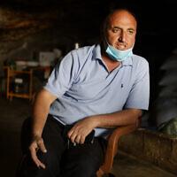 נידאל יונס במערה שלו בחרבת ג'ינבה (צילום: אלדד רפאלי)