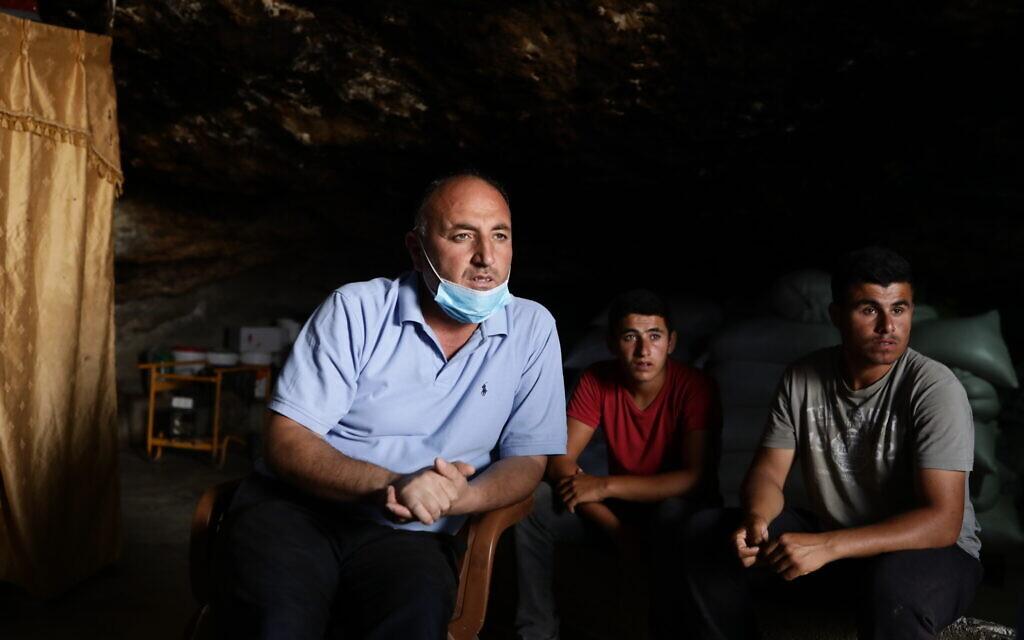 נידל יונס במערה שלו בחרבת ג'ינבה (צילום: אלדד רפאלי)