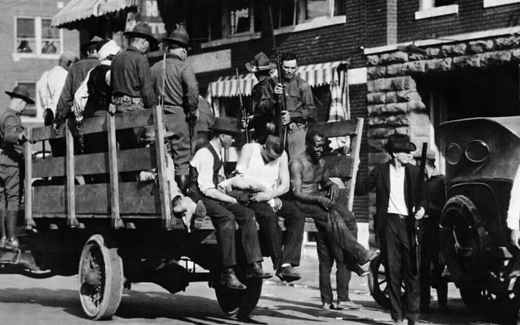 גברים שחורים מובאים למעצר בטולסה, אוקלהומה, אחד ביוני, 1921 (צילום: רשות הציבור)