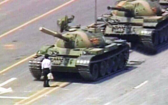 המפגין הבודד מול שיירת הטנקים בכיכר טיאננמן, 4 ביוני 1989 (צילום: AP)